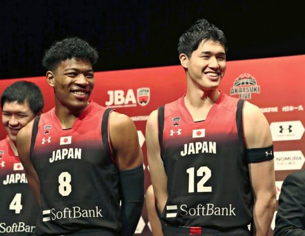 NBAプレーヤーの八村(左)と渡辺雄。2人に帰化選手のファジーカスを加えたチームは代表史上最強と呼び声が高い=共同
