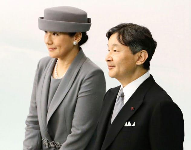 全国戦没者追悼式から退席する天皇、皇后両陛下(15日午後、東京・日本武道館)=共同