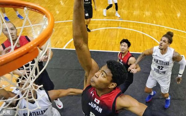 日本対ニュージーランドの強化試合では、八村のプレーに何度も歓声が湧き上がった(12日)=共同