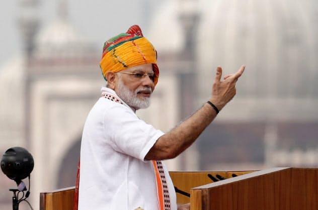 独立記念の演説をするインドのモディ首相(15日、ニューデリー)=ロイター