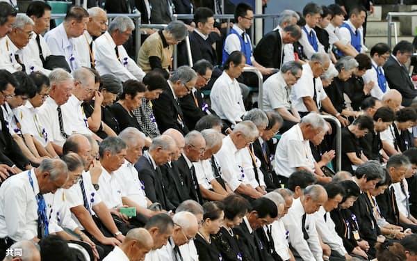 全国戦没者追悼式で黙とうする参列者(15日正午、東京・日本武道館)=共同