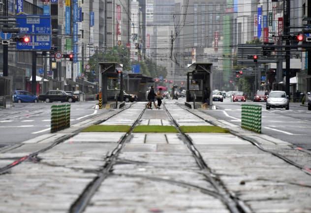 台風10号の影響で路面電車やバスが終日運休し、閑散とした広島市中心部(15日午後3時44分)=共同