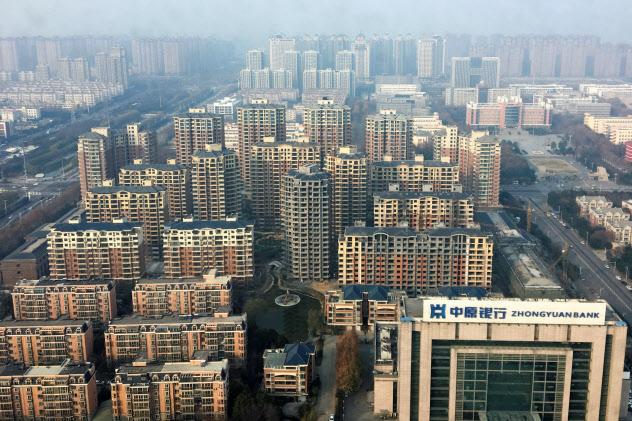 中国には多くのアパートが立ち並ぶ(18年12月、河南省許昌市)=ロイター
