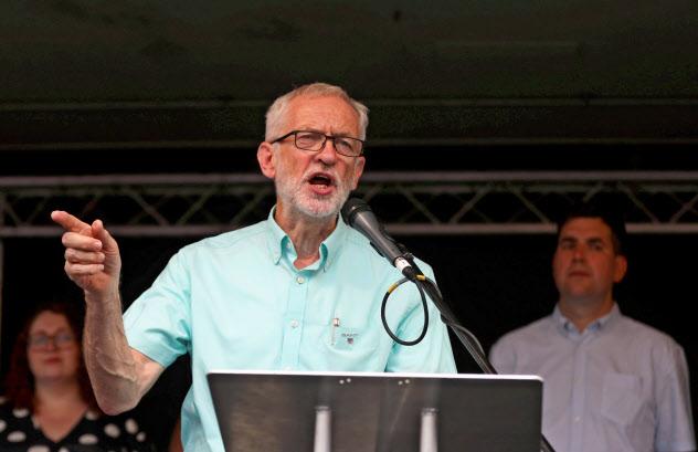 英労働党のコービン党首はジョンソン政権に対する不信任案提出と暫定政権の樹立を模索する(7月25日、ロンドン)=ロイター