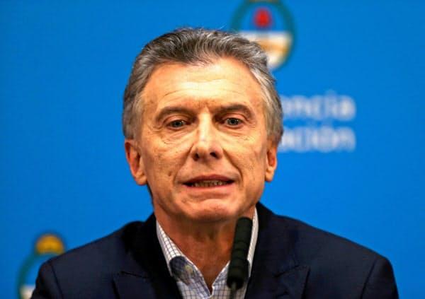 12日、記者会見に出席するアルゼンチンのマクリ大統領(ブエノスアイレス)=ロイター