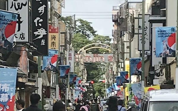 都独自の街路灯フラッグを都内商店街に飾る(東京都調布市の天神通り商店街)