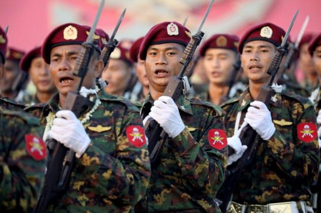 ミャンマーでは国軍と少数民族武装勢力の戦闘行為が続いている(3月、国軍記念日のパレード)=ロイター