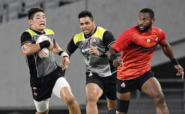 「オリンピックを想定した強化合宿」の練習試合で汗を流すラグビー7人制男子の藤田(左)ら=共同