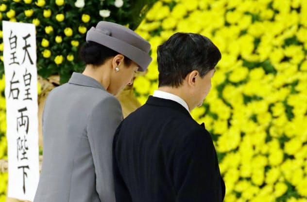 全国戦没者追悼式で黙とうする天皇、皇后両陛下(15日正午、東京・日本武道館)=共同