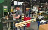 4~6月期の米労働生産性は堅調な伸びを示した(米ペンシルベニア州の園芸用具工場)=ロイター