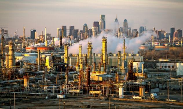 製造業景況指数は8月、小幅低下にとどまった(フィラデルフィアの石油精製プラント)=ロイター