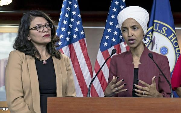 イスラエルが入国を拒否した米民主党議員のイルハン・オマル氏(右)と、ラシダ・タリーブ氏=AP