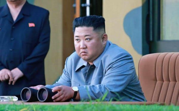 7月25日の新型ミサイル試射に立ち会う金正恩委員長=朝鮮中央通信