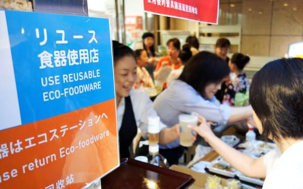 祇園祭の一部の屋台ではリユースのカップやトレーが使われた(7月中旬、京都市)