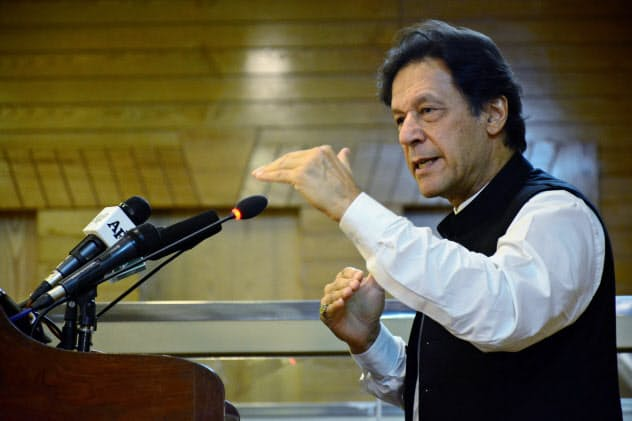 パキスタンのカーン首相(14日)=ロイター