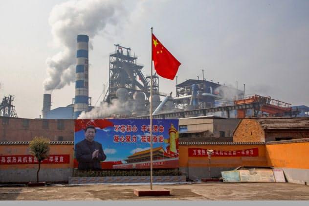 中国の製鉄大手も増産に動く(河南省の製鉄所)=ロイター