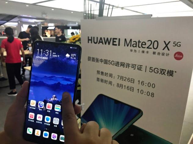 ファーウェイのスマホ販売店では16日、同社初の5G対応スマホを買い求める客でにぎわった(広東省広州市)