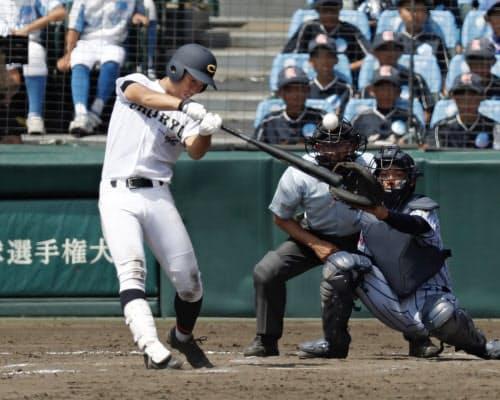 東海大相模―中京学院大中京 7回表中京学院大中京2死二、三塁、二村が左中間に2点二塁打を放つ。捕手井上(16日、甲子園)=共同