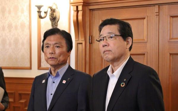 宿泊税について合意した小川福岡県知事(左)と北橋北九州市長(16日、福岡県庁)