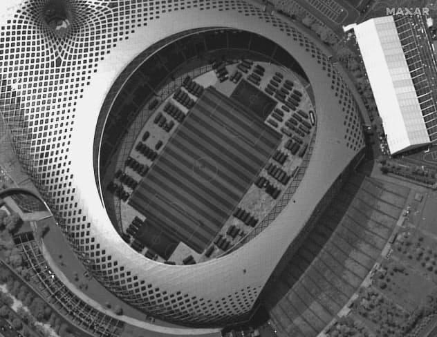 12日に撮影された香港と隣接する中国・深圳のスポーツセンターの衛星写真。中国の治安部隊の車両が並んでいる(Maxar Technologies提供・AP=共同)
