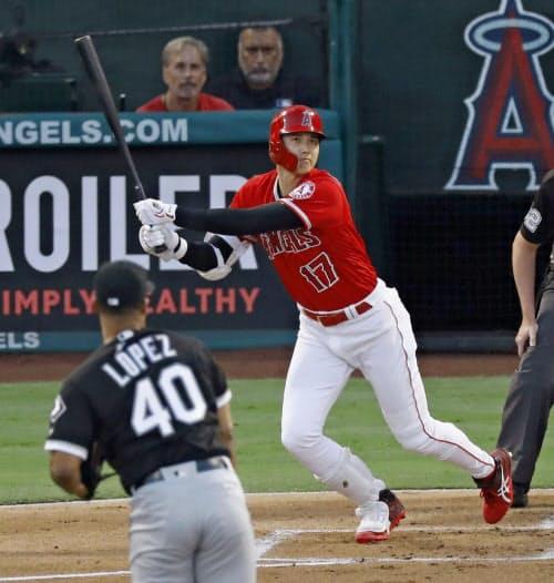 ホワイトソックス戦の1回、左越えに二塁打を放つエンゼルスの大谷(15日、アナハイム)=共同