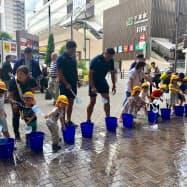 そごう千葉店は店舗下の広場で打ち水を行った(15日、千葉市)