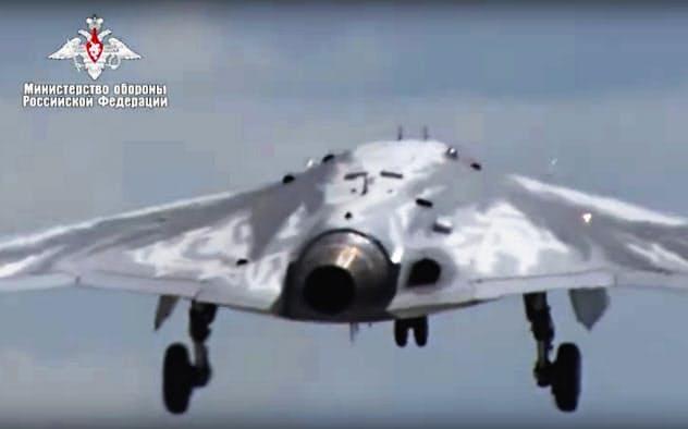 自律型兵器の登場が近づいている(ロシア国防省が公表したロシアの最新?#25915;匹毳?#22411;無人攻撃機)=AP