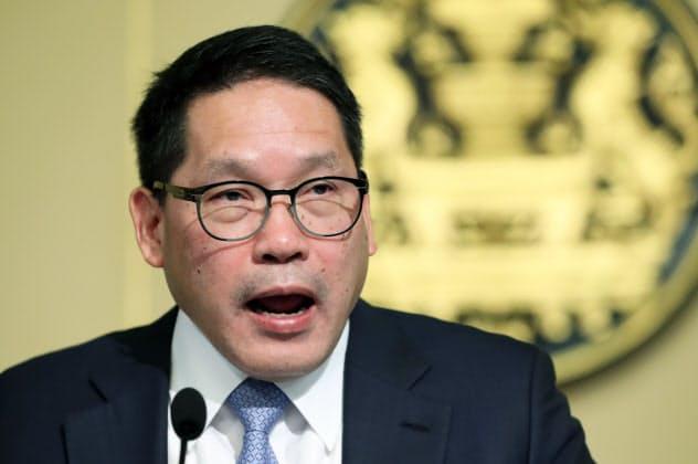 景気刺激策を発表するタイのウッタマ財務相(16日、バンコク)=石井理恵撮影