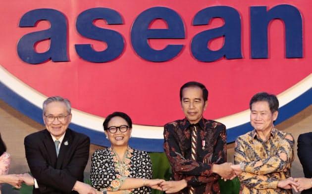 東南アジア諸国連合(ASEAN)でもデータ保護規制の強化が進む(右から2人め、インドネ?#20240;ⅳ違弗紲?ウィドド大統領、ジャカルタ、8月8日)=AP