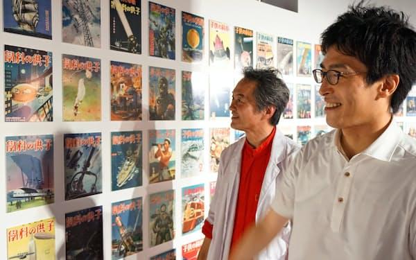 大正時代から続く「子供の科学」の表紙を眺める土舘編集長(右)と伊藤氏(横浜市)