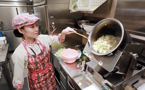 複数人分のちゃんぽんの具材を自動で炒める機械の導入で、鍋を振る作業が不要になった(東京都大田区のリンガーハット・イトーヨーカドー大森店)