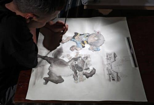 比叡山の七不思議の一つ、「一文字たぬき」と「鬼太郎」((C)水木プロダクション)が作品に同居する=淡嶋健人撮影