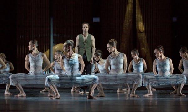 白鳥役の女性ダンサーがはだしで踊る((C)Gert_Weigelt)
