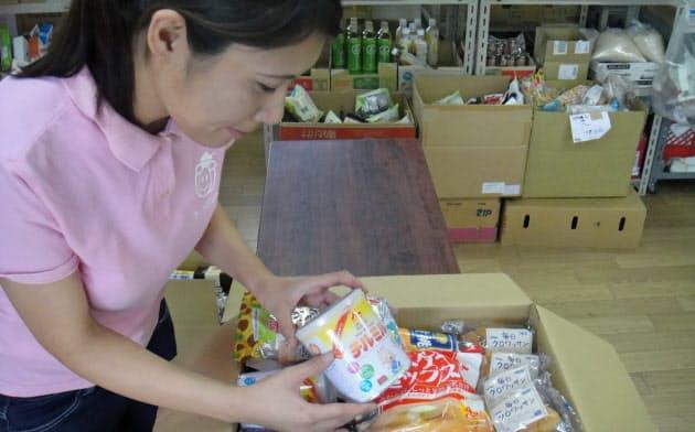 フードバンクに集められた食材を箱詰めにし、家庭や施設に届ける