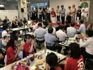 高校生を激励する審査委員長の夏井いつきさん(ステージ中央)ら(16日、松山市)