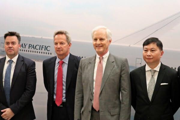 辞任を発表したキャセイのルパート・ホッグCEO(左から2人目)と盧家培氏(右端)