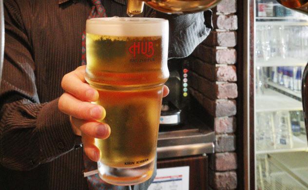 懸念されるビール不足は解消できるか(専用のサーバーから注がれるハイネケンのビール、東京・港のHUB六本木2号店)