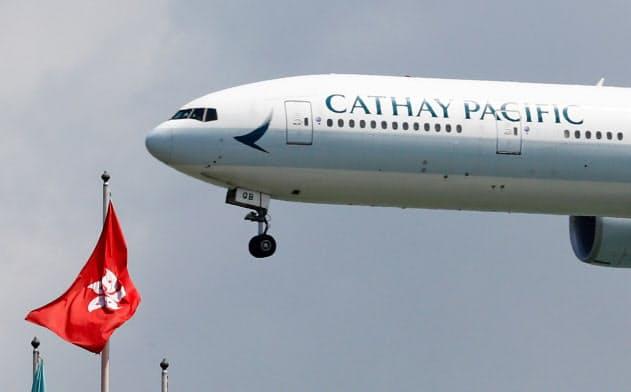 香港の空港に着陸するキャセイ機(14日)=ロイター