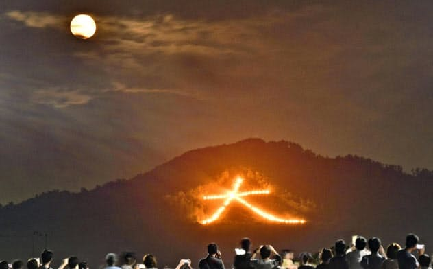 古都の夏を彩る「五山送り火」で、夜空に浮かび上がった「大」の字(16日、京都市)=共同