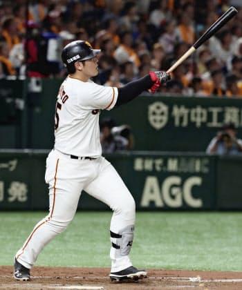 4回巨人1死一塁、岡本が右中間に逆転2ランを放つ(16日、東京ドーム)=共同