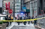 混雑する時間帯に通勤客らが全員駅から退避させられ、大混乱となった(16日、ニューヨーク)=ロイター