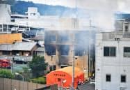 煙が上がる「京都アニメーション」のスタジオ(7月18日、京都市伏見区)