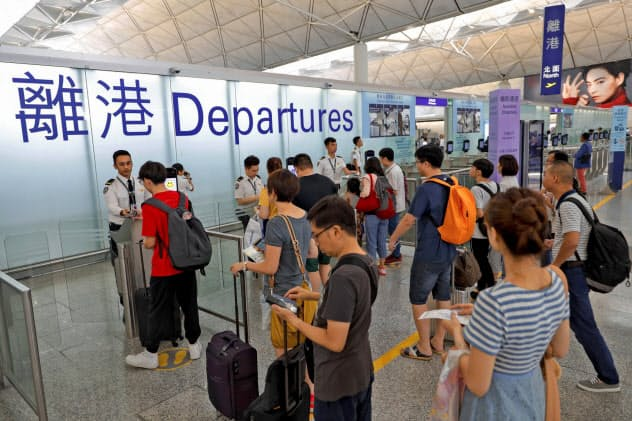 大規模なデモによる政情悪化が観光業にも打撃を与えている香港=AP
