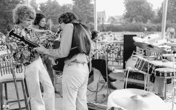「登録建造物」に指定されたロンドン南東部ベックナムの野外ステージでパフォーマンスするデビッド・ボウイさん(左)(1969年、英PA通信)=共同