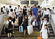夏休みのUターンラッシュで混雑するJR東京駅の東海道新幹線ホーム(17日午前)=共同