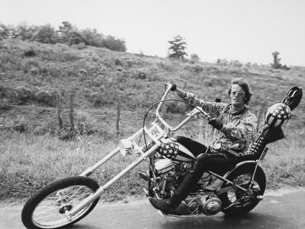 映画「イージー・ライダー」の一場面で、オートバイに乗るピーター・フォンダさん=ゲッティ共同