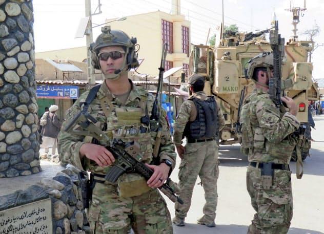 アフガニスタン西部で警戒にあたる米兵ら=ロイター