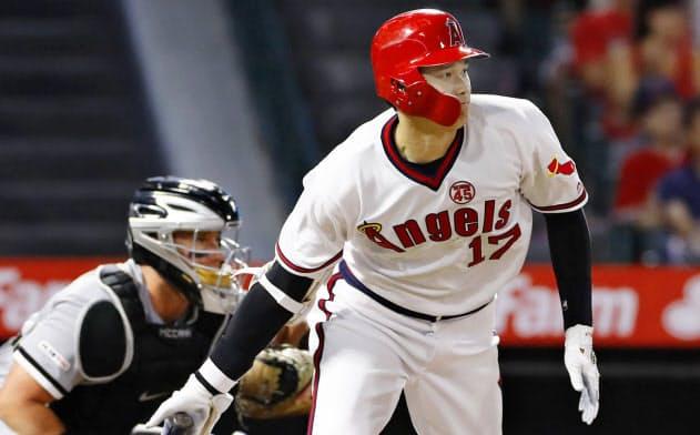 ホワイトソックス戦の3回、二塁に適時内野安打を放つエンゼルス・大谷(16日、アナハイム)=共同