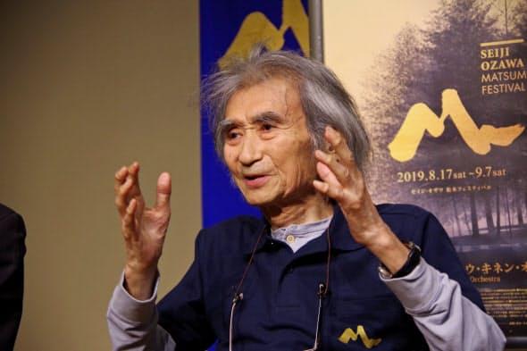 報道陣の質問に答える小澤征爾さん(8月17日、長野県松本市)