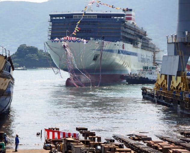 スクラバーを搭載し、進水する三菱造船のフェリー(山口県下関市の造船所)